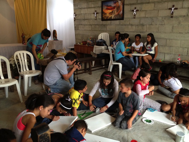 C3P team in a workshop in a multi-purpose space in the Altavista neighborhood in 2012. Photo credit: Fundación Casa Tres Patios.