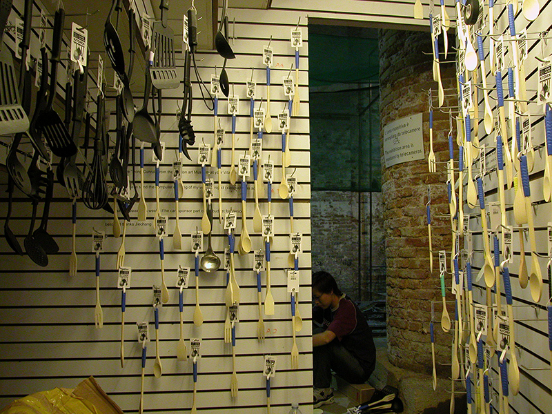 Zheng Guogu, Sample Room, 2003